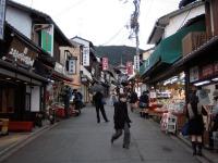 Vieille rue commerçante dans kyoto