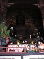 Statut de bronze du boudha a l'interieur de Todai-Ji a Nara.