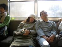 Namiko et Kwang-fu dans le train.