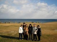 Toute la petite famille Shinoe devant la côte pacifique